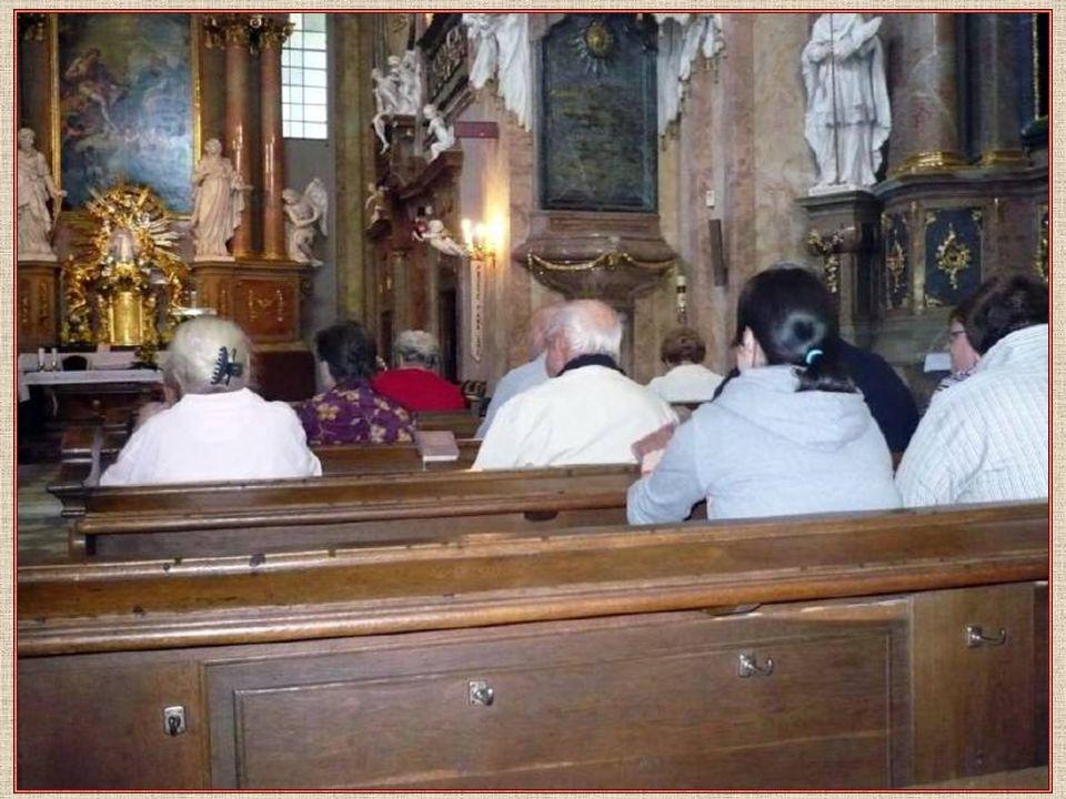 Poutníci z Ořešína při mši svaté Paulánský kněz slouží poutníkům mši svatou