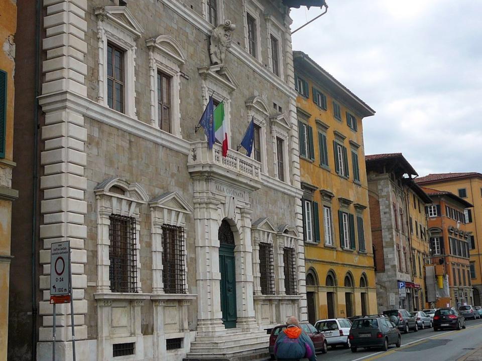 Na pravém břehu řeky Arno na Via Lungarno A. Pacinotti řada významných měšťanských domů