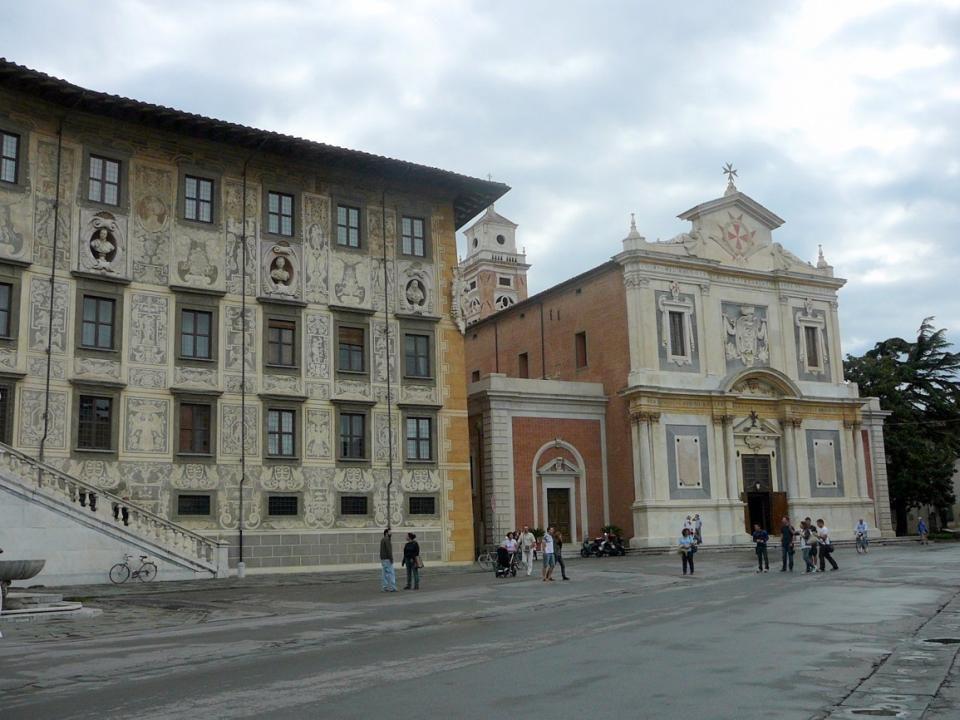Náměstí Piazza dei Cavalieri -nechal vybudovat Cosimo I. Kdysi bylo centrem středověké Pisy. Uprostřed Palác dell Orologio -