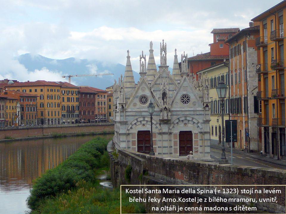 Kostel Santa Maria della Spina ( r 1323) stojí na levém břehu řeky Arno.Kostel je z bílého mramoru, uvnitř, na oltáři je cenná madona s dítětem