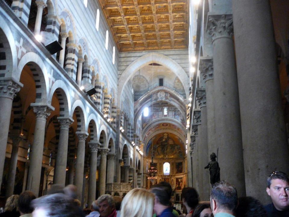Katedrála Nanebevzetí Panny Marie je vrcholným dílem románské pisánské architektury. Budovu ve tvaru latinského k ř íže zdobí pruhy bílého a šedého mr