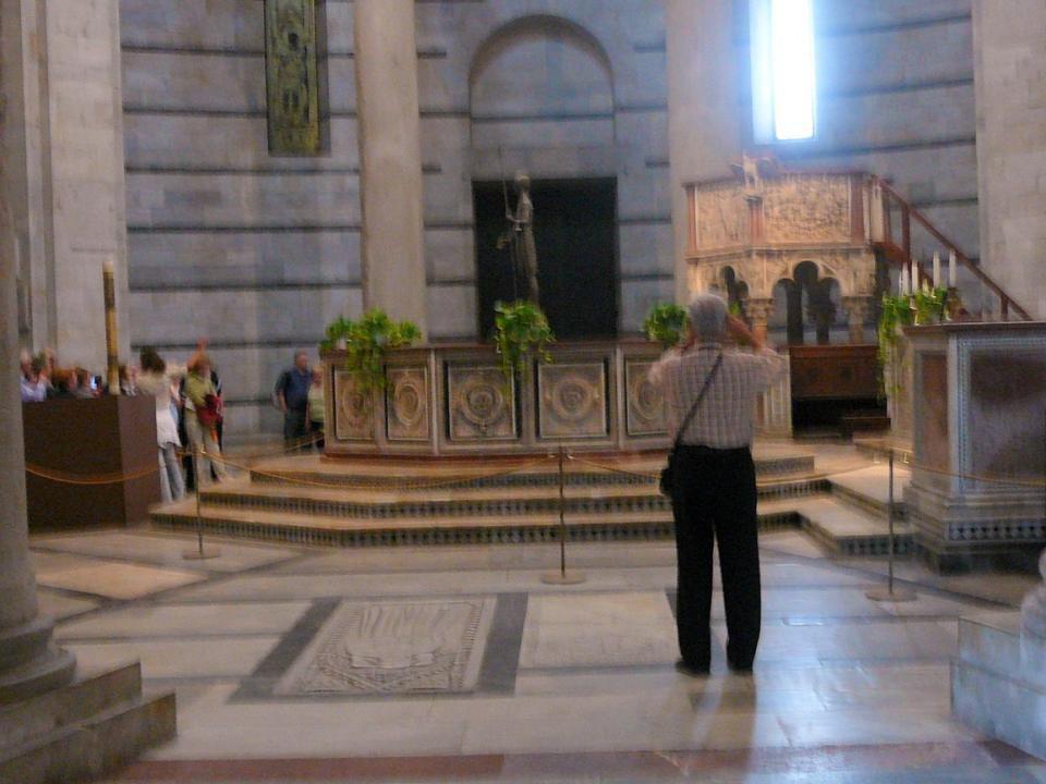 Baptisterium - K ř titelnice San Giovanni na nám ě stí Miracoli (Pole zázrak ů ), Románská mramorová stavba z 12 st. Je nejv ě tší Baptisterium v Itál