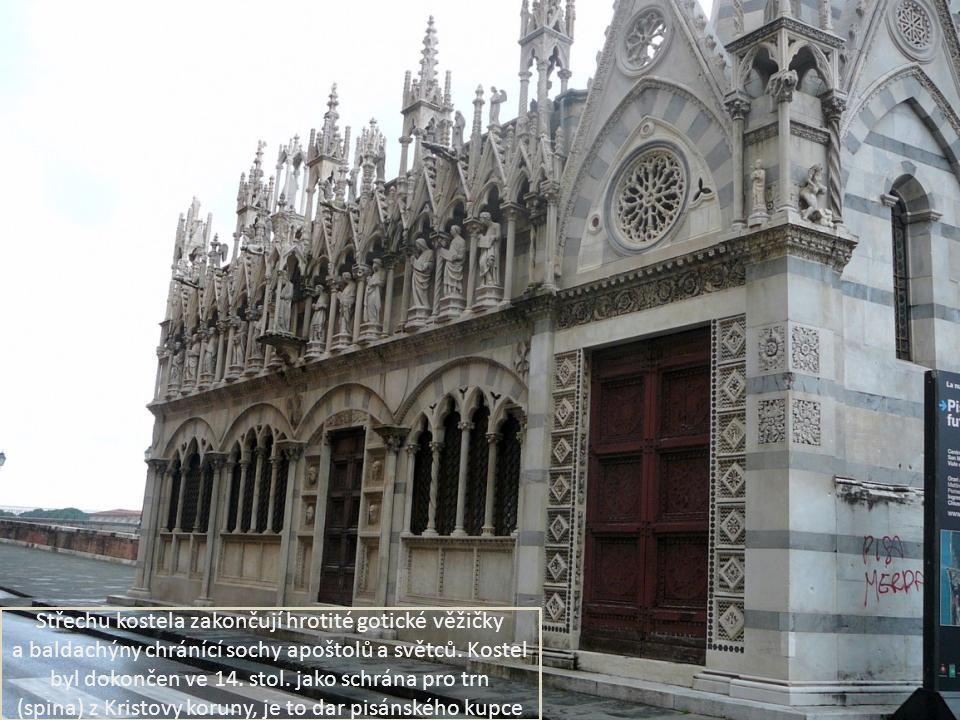 Střechu kostela zakončují hrotité gotické věžičky a baldachýny chránící sochy apoštolů a světců.