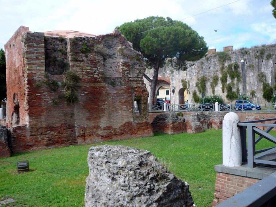 Ruiny římských termálních lázni – Bagni di Nerone zřícenina se nachází pod úrovní dnešní ulice.