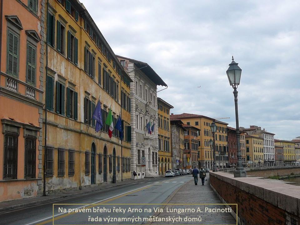 Náměstí Fr. Carrara - je jedním z nejstarších náměstí ve městě se spoustou významných budov, uprostřed mramorový pomník Medici Ferdinand de.