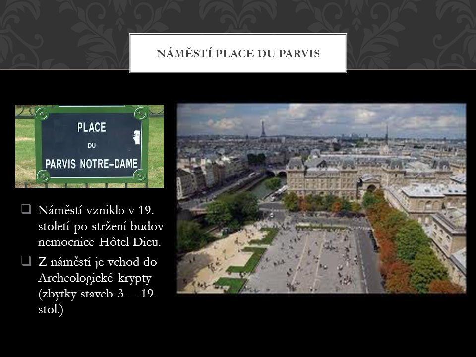  Náměstí vzniklo v 19. století po stržení budov nemocnice Hôtel-Dieu.  Z náměstí je vchod do Archeologické krypty (zbytky staveb 3. – 19. stol.) NÁM
