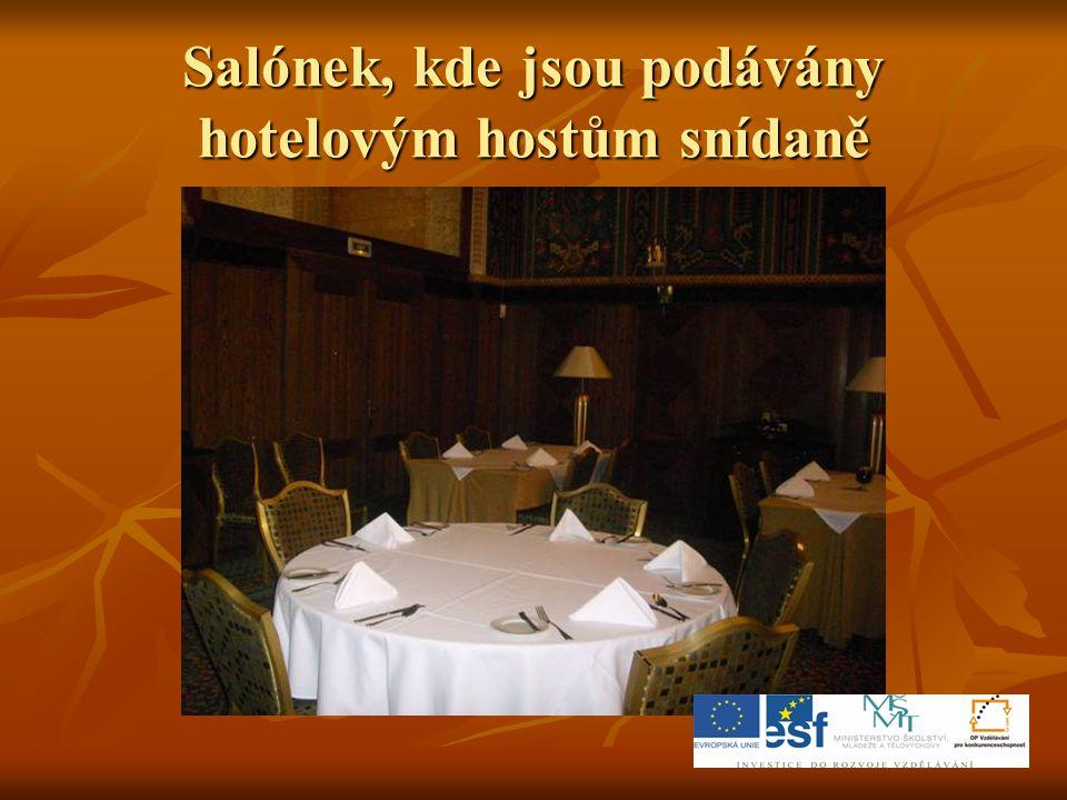 Salónek, kde jsou podávány hotelovým hostům snídaně