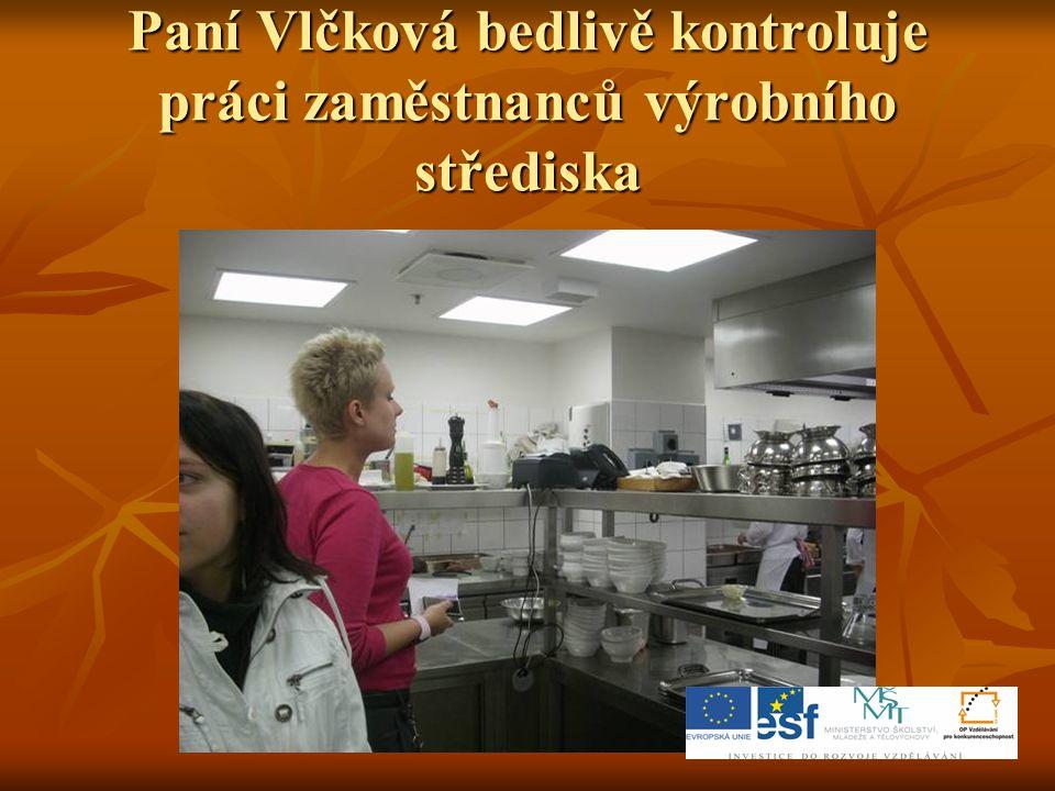Paní Vlčková bedlivě kontroluje práci zaměstnanců výrobního střediska