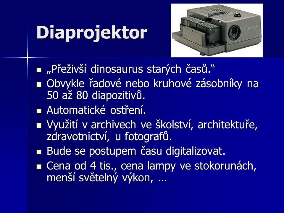 """Diaprojektor  """"Přeživší dinosaurus starých časů.  Obvykle řadové nebo kruhové zásobníky na 50 až 80 diapozitivů."""