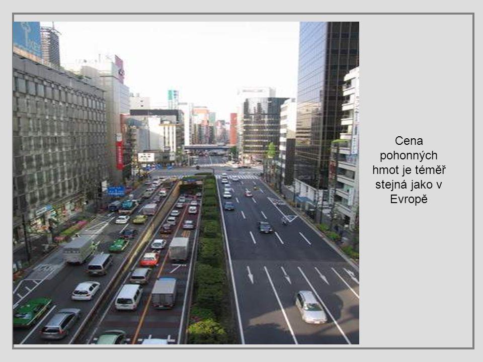 Čas stání v kolonách si řidiči krátí sledováním televize, které jsou zde součástí vybavení téměř všech automobilů