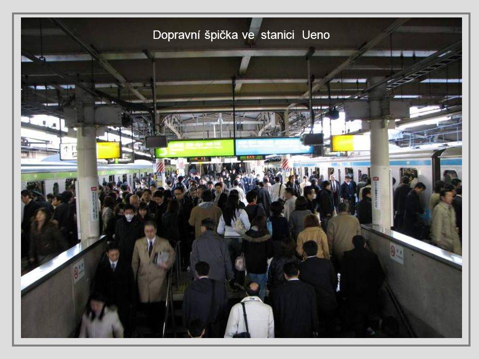Ceny jízdenek v metru, tramvaji nebo autobusu se určují podle toho, kolik stanic chcete ujet. Takže třeba za jednu stanici v metru zaplatíte 150 jenů,