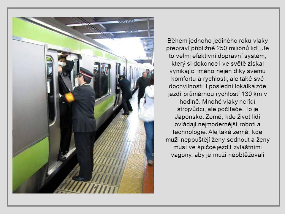 Metra i vlaky jsou tak přeplněné, že dopravci museli zřídit personál, aby lidi do vlaků pěchoval