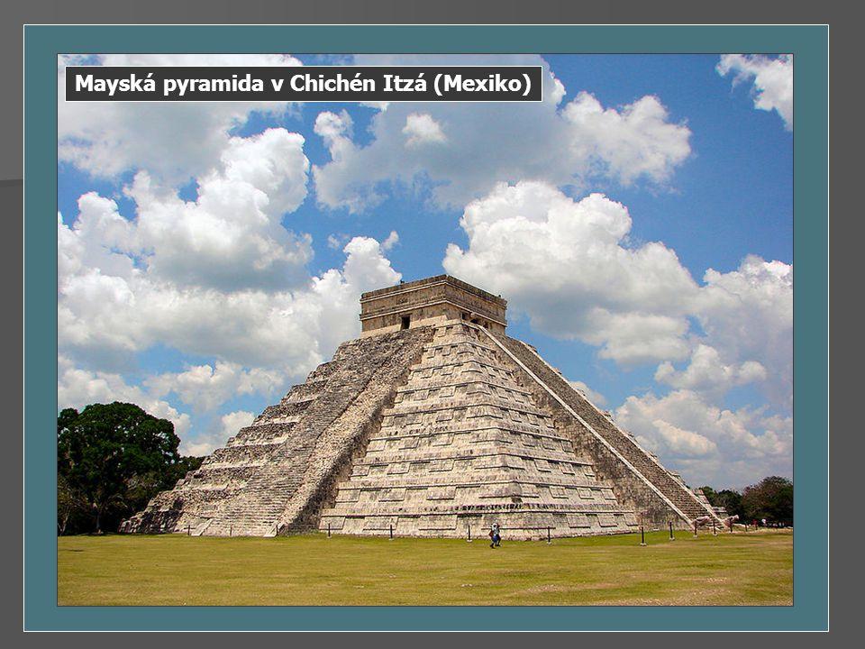 Mayská pyramida v Chichén Itzá (Mexiko)