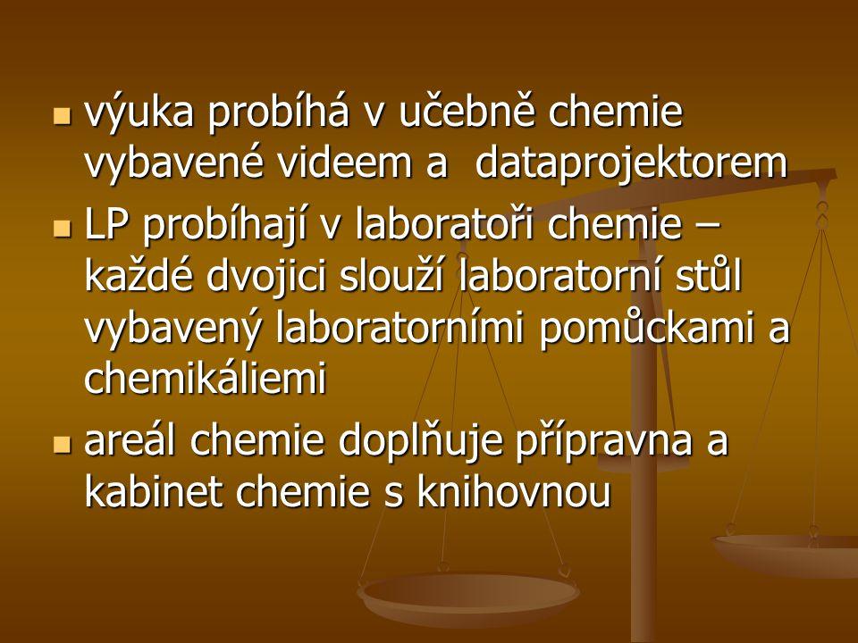  výuka probíhá v učebně chemie vybavené videem a dataprojektorem  LP probíhají v laboratoři chemie – každé dvojici slouží laboratorní stůl vybavený