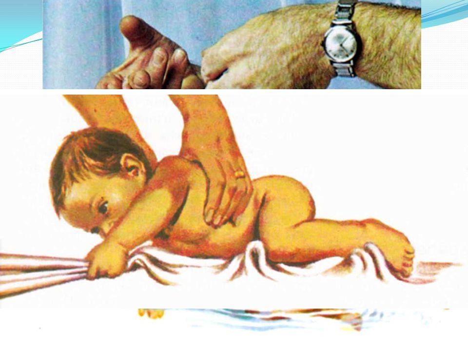 """Novorozenec 0 – 4 týdny  vypadá bezbranně, ale je vybaven instinkty k přežití  pláč – dokonalý komunikační prostředek – informuje okolí, že dítěti něco chybí  sací reflex – velmi silně vyvinutý, reaguje na každý dotyk tváře  úchopový reflex – automatické sevření ruky pří podráždění dlaně nebo plosky nohy – dítě udrží celou svojí váhu   úlekový reflex – série rychlých pohybů, vztažení rukou a nohou, pláč  reflex lezení – při zatlačení na chodidla napne nohy a zatlačí do nich jako při lezení   reflex plavání – při ponoření do vody plave """"čubičku , nevadí mu potápění   reflex šplhání – na dece se přitahuje   většina těchto reflexů mizí po prvních 3 měsících  na konci 4."""