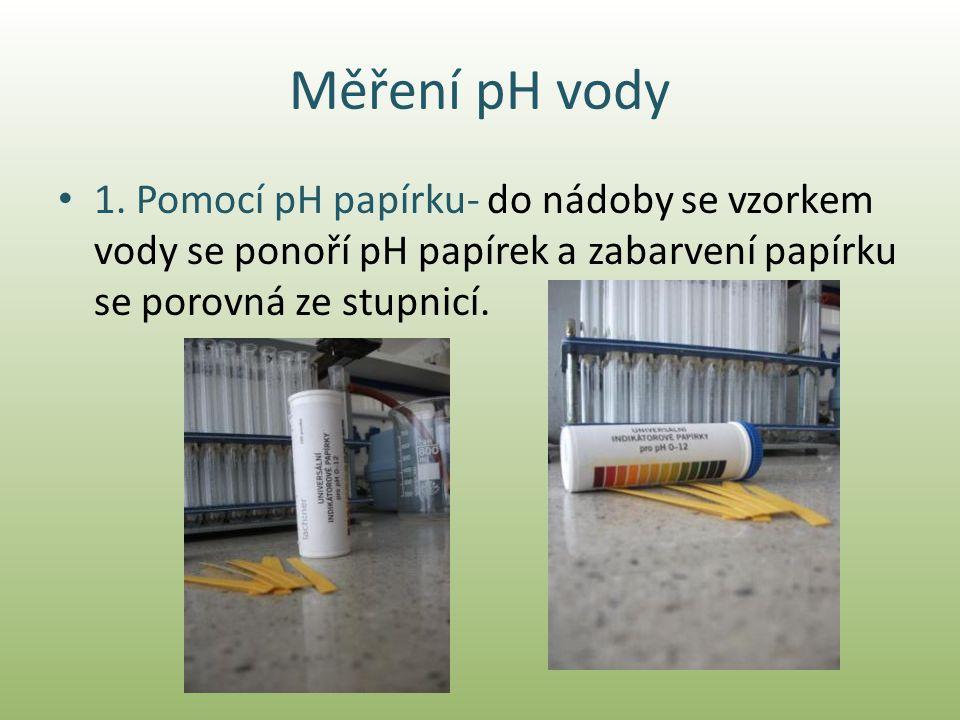 Měření pH vody • 1. Pomocí pH papírku- do nádoby se vzorkem vody se ponoří pH papírek a zabarvení papírku se porovná ze stupnicí.