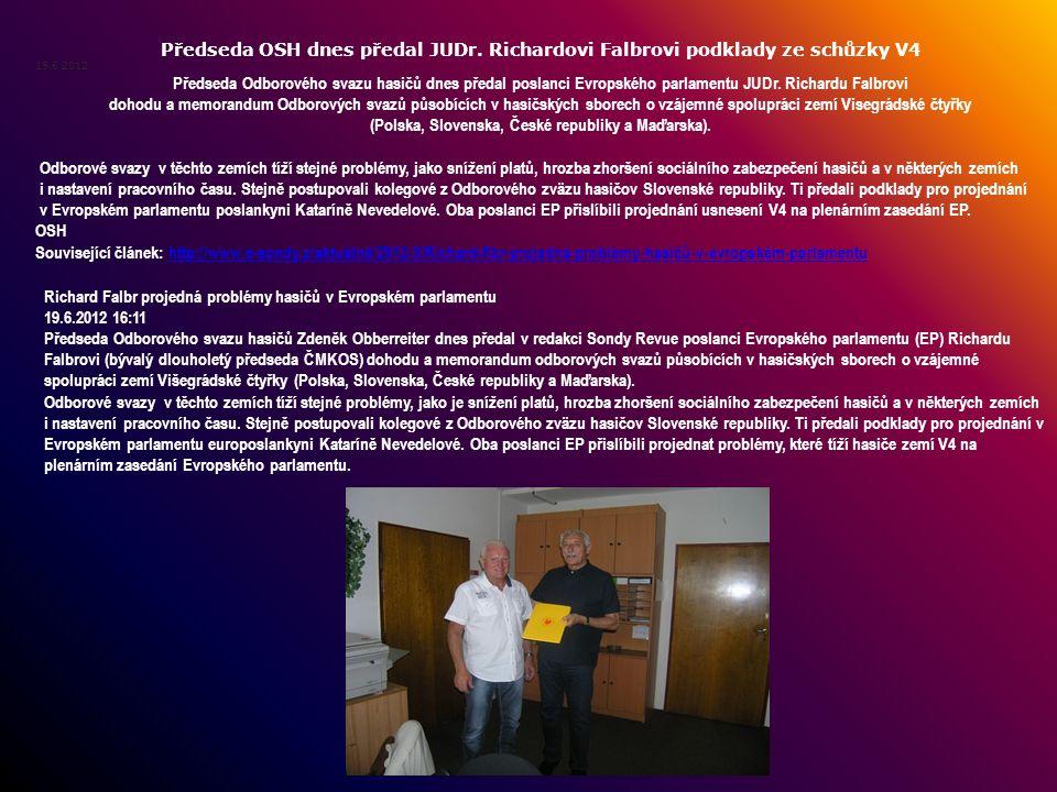Předseda OSH dnes předal JUDr. Richardovi Falbrovi podklady ze schůzky V4 19.6.2012 Předseda Odborového svazu hasičů dnes předal poslanci Evropského p
