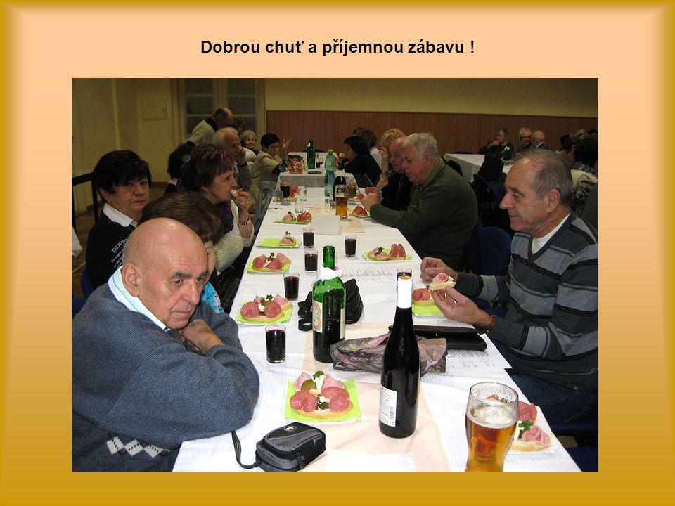Účastníkům schůze se podává občerstvení