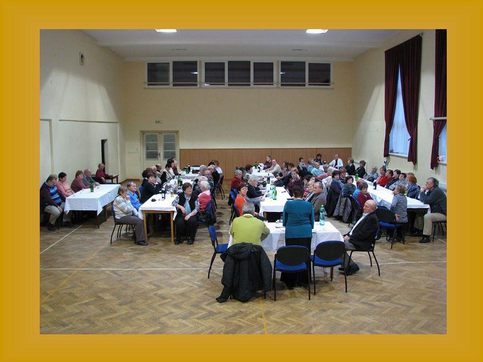 Na několika dalších snímcích členové Senior klubu se zájmem sledují proslovy
