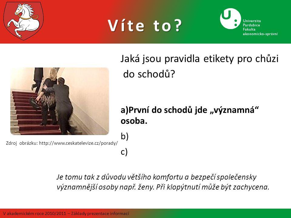 Zdroj obrázku: http://www.ceskatelevize.cz/porady/ Je tomu tak z důvodu většího komfortu a bezpečí společensky významnější osoby např. ženy. Při klopý
