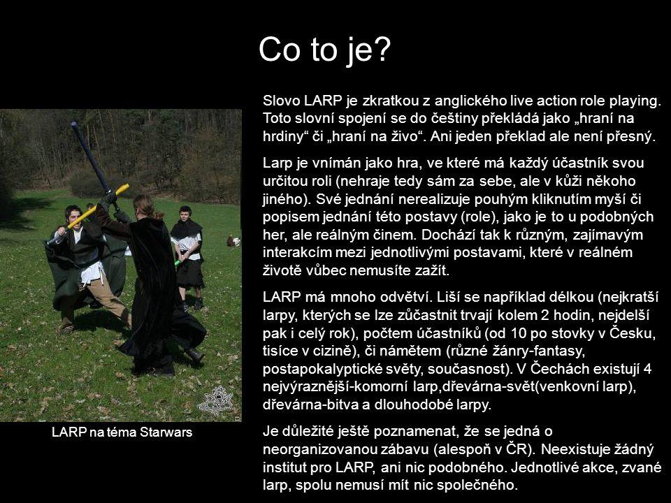 """Co to je? Slovo LARP je zkratkou z anglického live action role playing. Toto slovní spojení se do češtiny překládá jako """"hraní na hrdiny"""" či """"hraní na"""