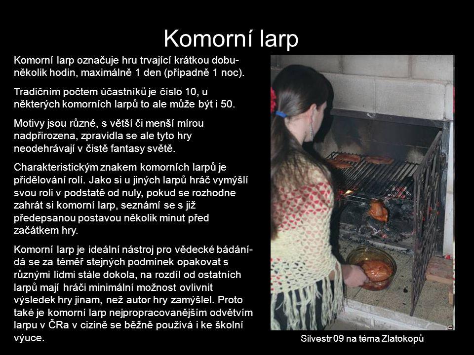 Komorní larp Komorní larp označuje hru trvající krátkou dobu- několik hodin, maximálně 1 den (případně 1 noc). Tradičním počtem účastníků je číslo 10,