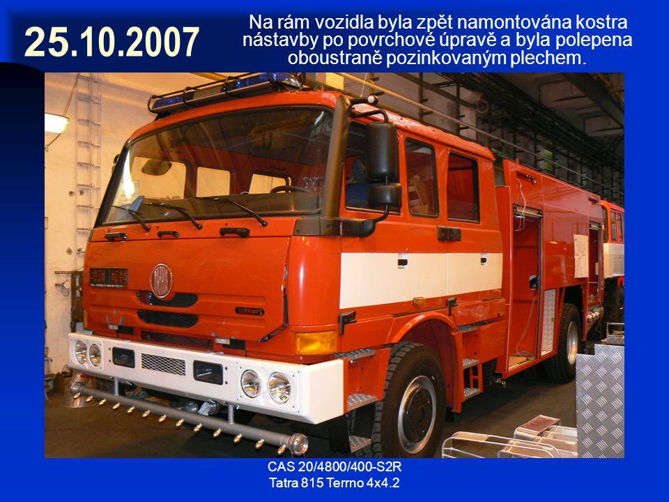 CAS 20/4800/400-S2R Tatra 815 Terrno 4x4.2 25.10.2007 Na rám vozidla byla zpět namontována kostra nástavby po povrchové úpravě a byla polepena oboustr