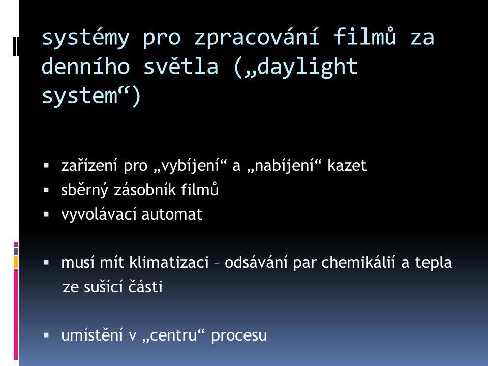 """systémy pro zpracování filmů za denního světla (""""daylight system"""")  zařízení pro """"vybíjení"""" a """"nabíjení"""" kazet  sběrný zásobník filmů  vyvolávací a"""