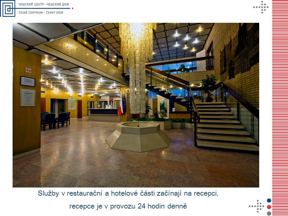 Služby v restaurační a hotelové části začínají na recepci, recepce je v provozu 24 hodin denně