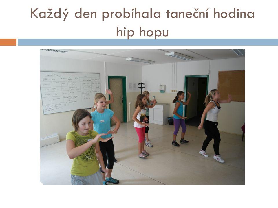 Každý den probíhala taneční hodina hip hopu
