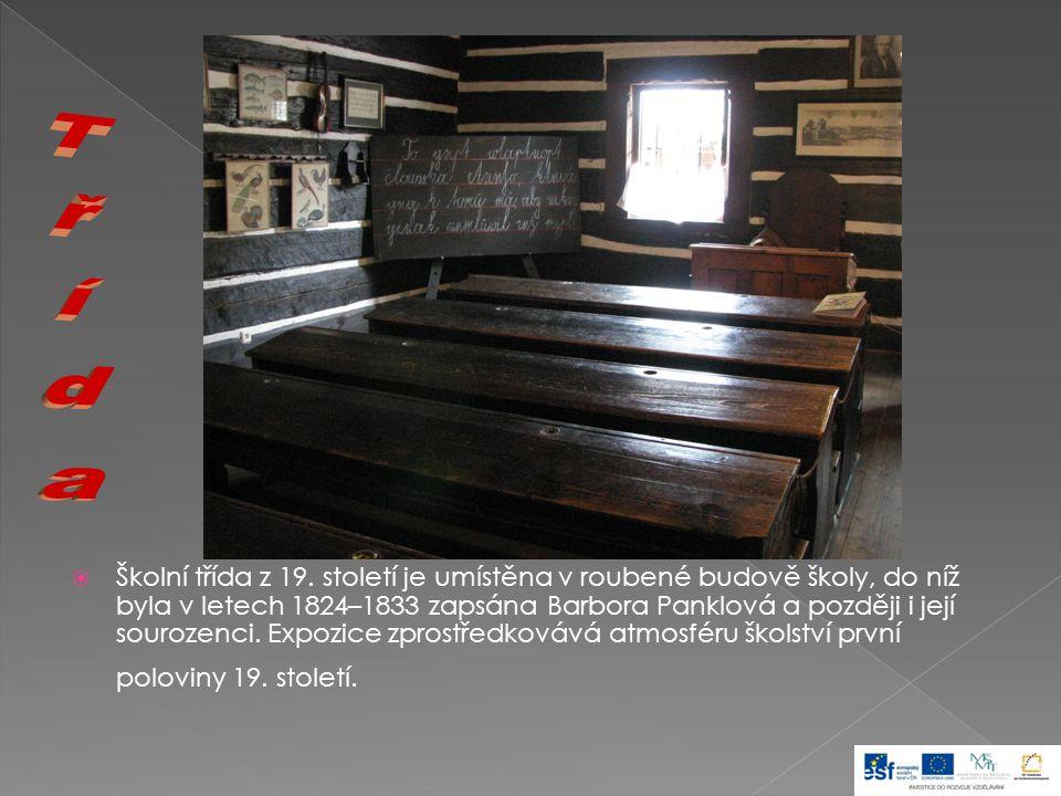  Školní třída z 19. století je umístěna v roubené budově školy, do níž byla v letech 1824–1833 zapsána Barbora Panklová a později i její sourozenci.