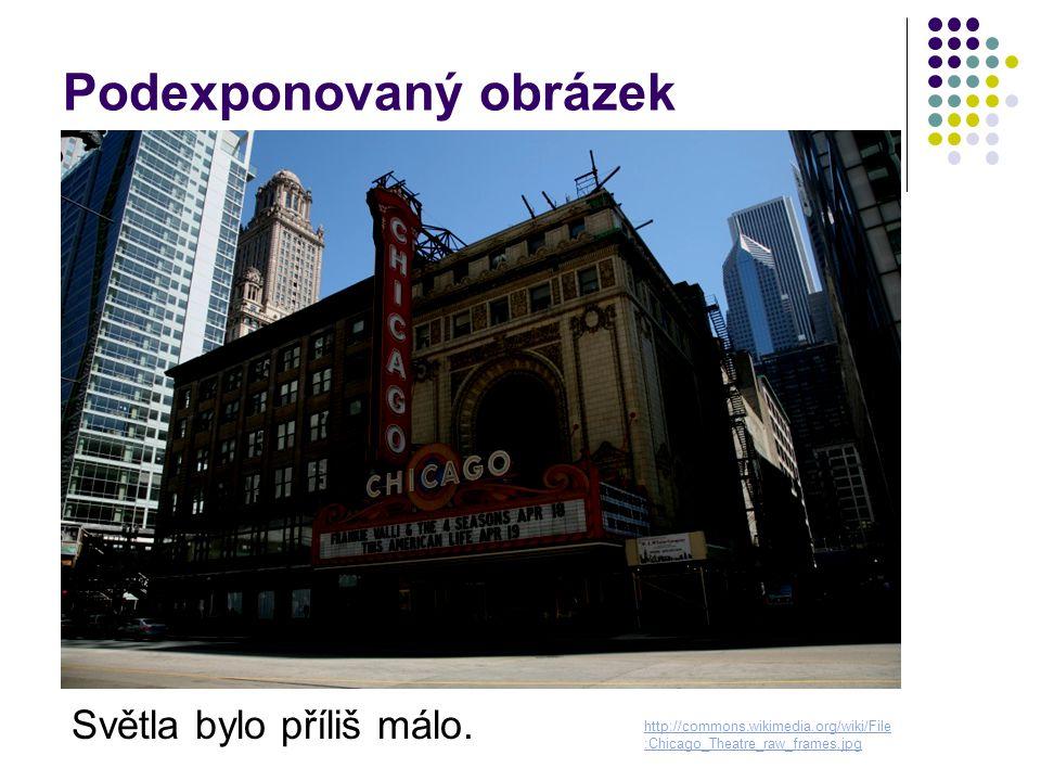 Podexponovaný obrázek Světla bylo příliš málo. http://commons.wikimedia.org/wiki/File :Chicago_Theatre_raw_frames.jpg