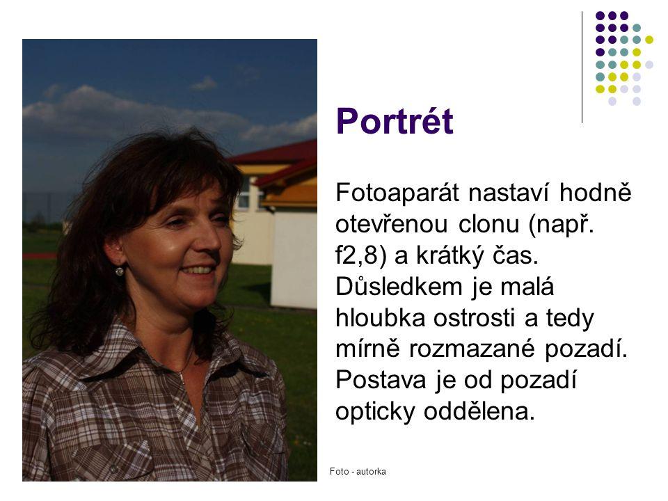 Portrét Fotoaparát nastaví hodně otevřenou clonu (např. f2,8) a krátký čas. Důsledkem je malá hloubka ostrosti a tedy mírně rozmazané pozadí. Postava