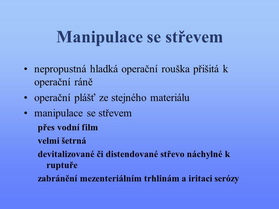Manipulace se střevem •nepropustná hladká operační rouška přišitá k operační ráně •operační plášť ze stejného materiálu •manipulace se střevem přes vo