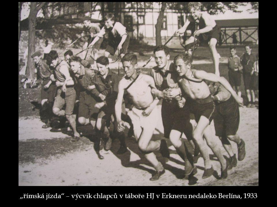 """""""římská jízda"""" – výcvik chlapců v táboře HJ v Erkneru nedaleko Berlína, 1933"""
