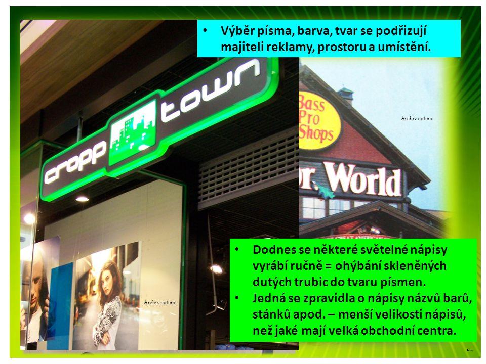 ©c.zuk Světelná reklama • Výběr písma, barva, tvar se podřizují majiteli reklamy, prostoru a umístění. Archiv autora • Dodnes se některé světelné nápi