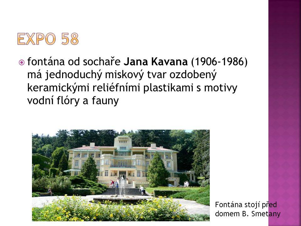 ffontána od sochaře Jana Kavana (1906-1986) má jednoduchý miskový tvar ozdobený keramickými reliéfními plastikami s motivy vodní flóry a fauny Fontá