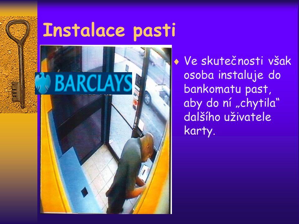 """ Ve skutečnosti však osoba instaluje do bankomatu past, aby do ní """"chytila dalšího uživatele karty."""