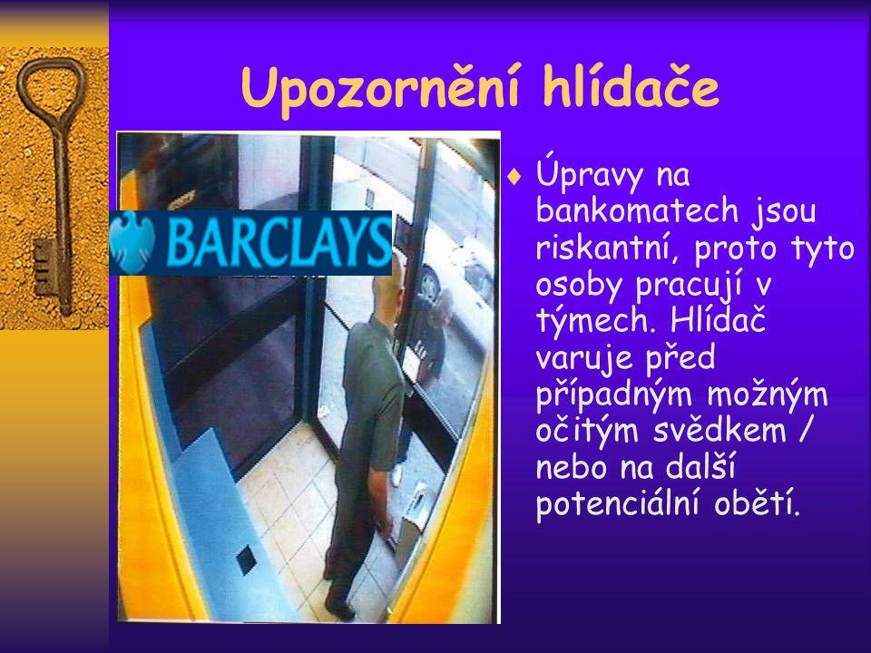 Upozornění hlídače  Úpravy na bankomatech jsou riskantní, proto tyto osoby pracují v týmech.