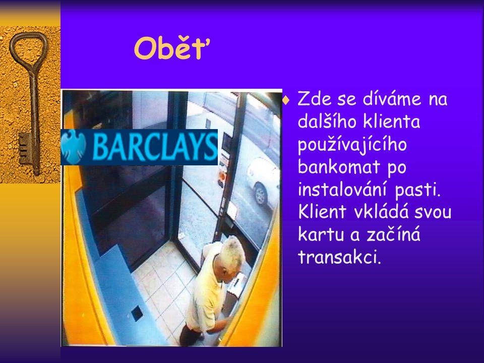  Zde se díváme na dalšího klienta používajícího bankomat po instalování pasti.