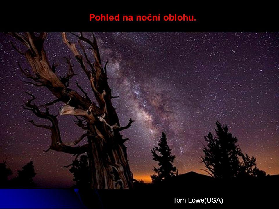 Pohled na noční oblohu. Tom Lowe(USA)
