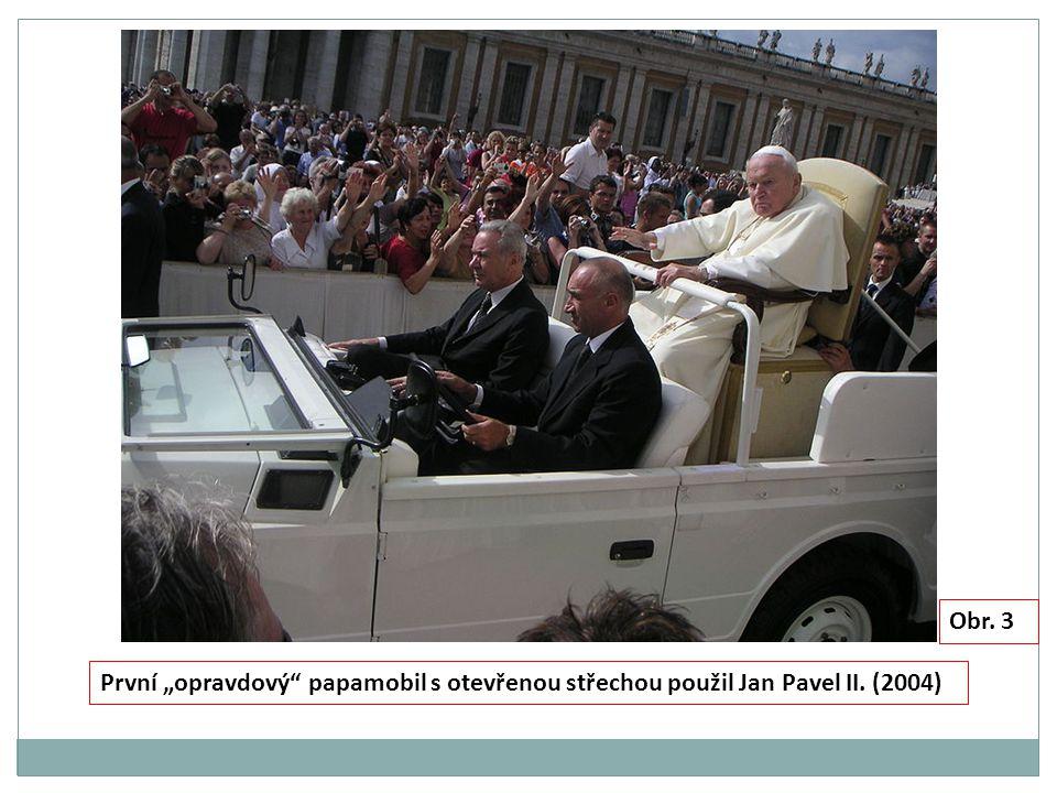 Střecha se solárními panely pro napájení vnitřního osvětlení MERCEDES-BENZ TŘÍDY M, papamobil z roku 2012 Papežský znak Papežská vlajka Okna, karoserie i podvozek neprůstřelné, odolné vůči explozi Kola i bez vzduchu ujedou 112 km Obr.