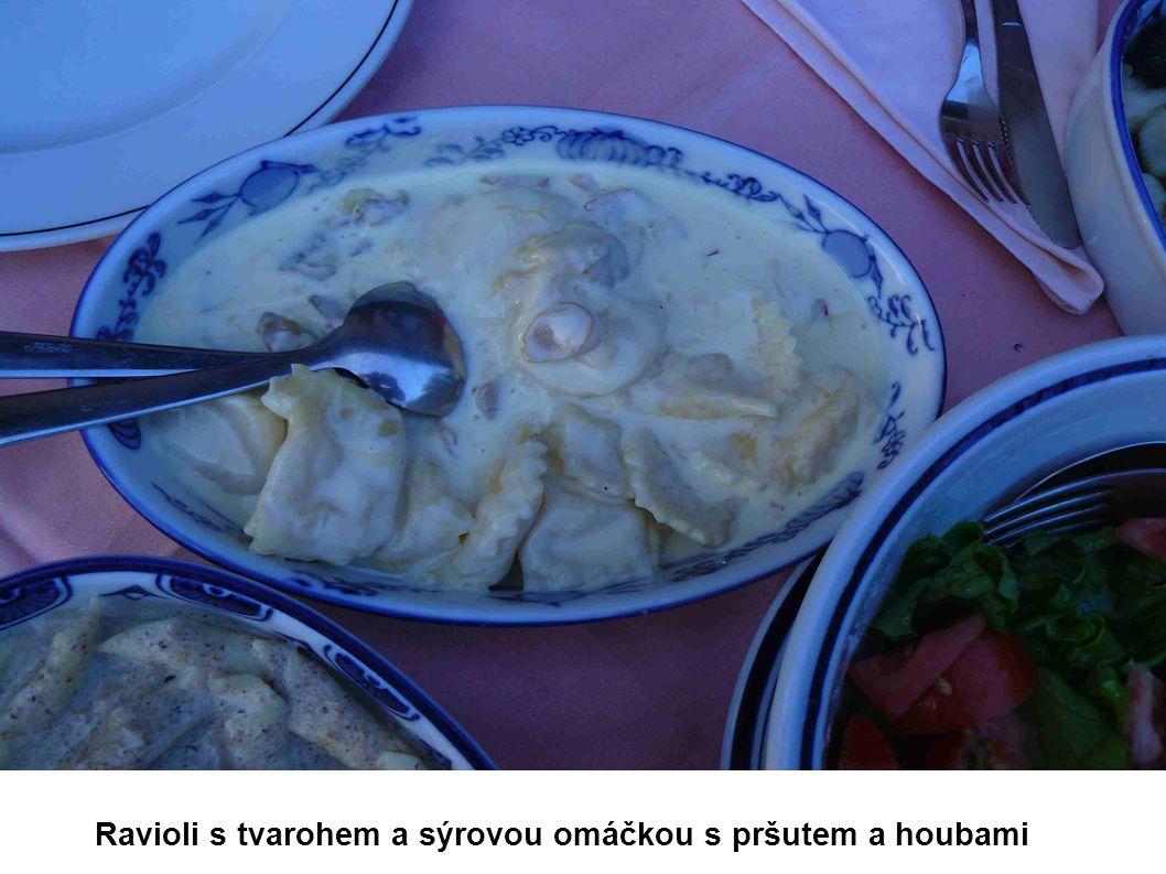 Ravioli s tvarohem a sýrovou omáčkou s pršutem a houbami
