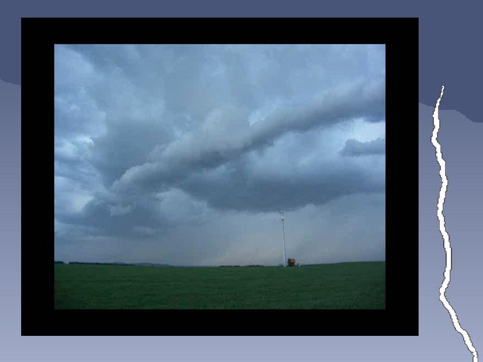 Postupy focení blesků •za dne: •vysoká clona, nízké ISO = delší čas závěrky + použití ztmavovacího filtru •sekvenční snímání •nutný stativ a spoušť •zaměření se na nejaktivnější část bouře