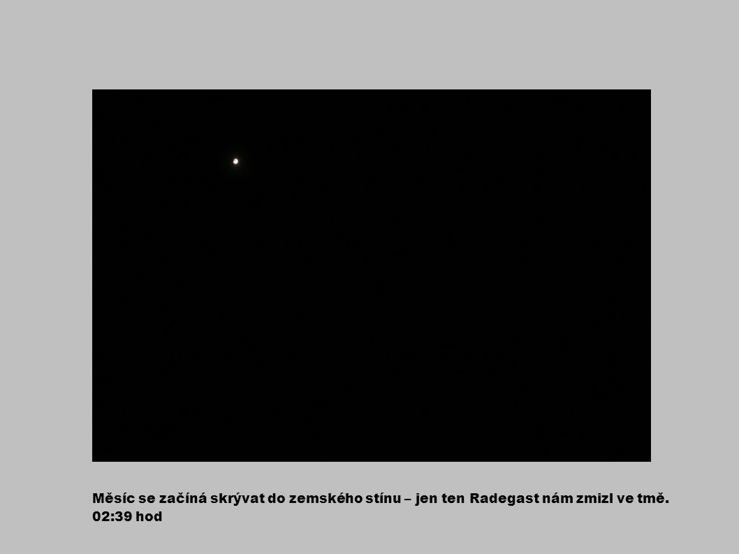 Měsíc se začíná skrývat do zemského stínu – jen ten Radegast nám zmizl ve tmě. 02:39 hod