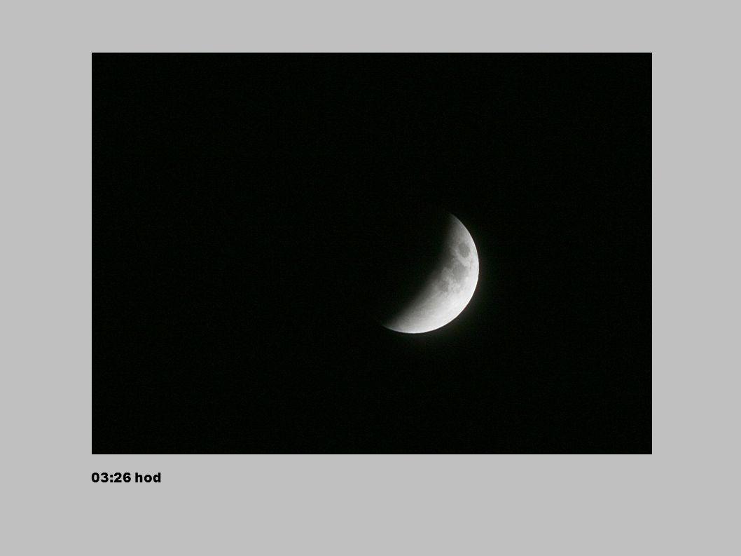 03:30 hod – je vidět načervenalou část v zemském stínu