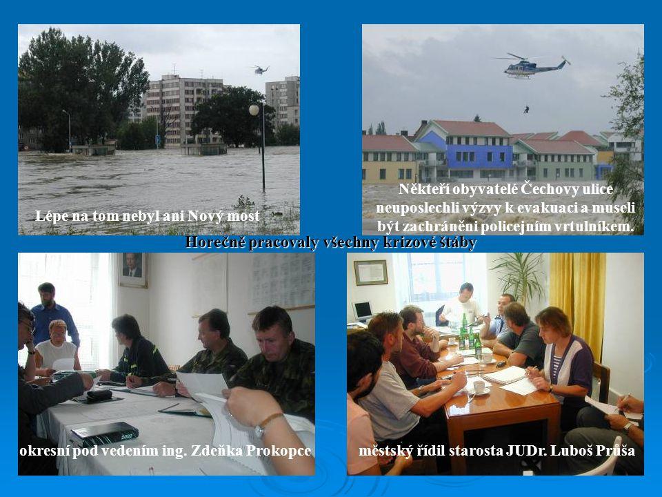 Lépe na tom nebyl ani Nový most Někteří obyvatelé Čechovy ulice neuposlechli výzvy k evakuaci a museli být zachráněni policejním vrtulníkem.