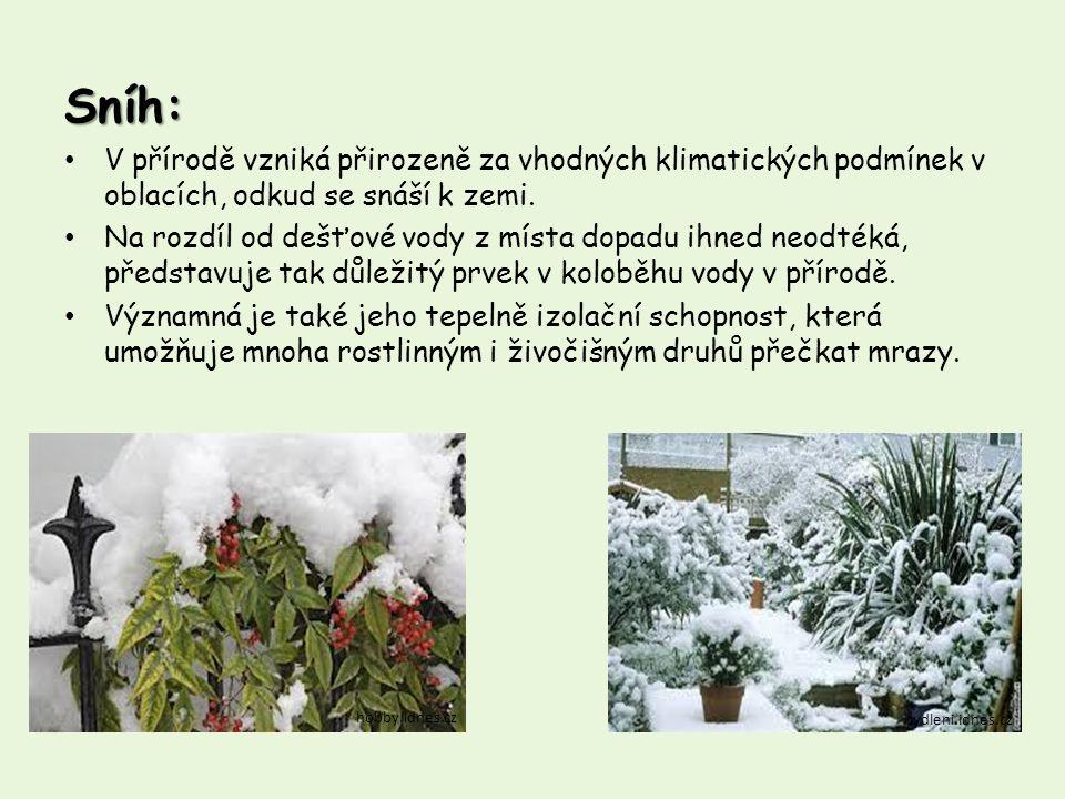 Sníh: V přírodě vzniká přirozeně za vhodných klimatických podmínek v oblacích, odkud se snáší k zemi. Na rozdíl od dešťové vody z místa dopadu ihned n
