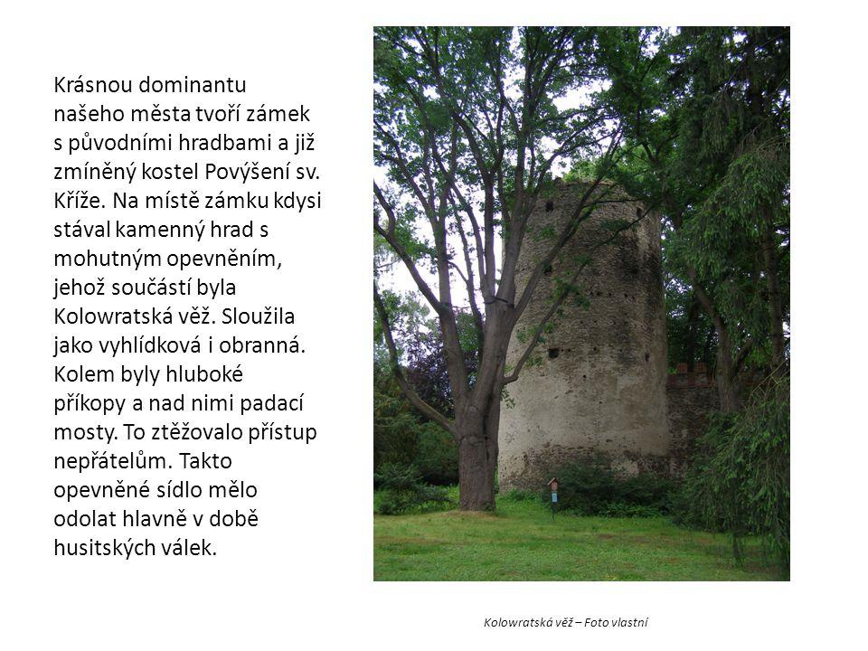 Kolowratská věž – Foto vlastní Krásnou dominantu našeho města tvoří zámek s původními hradbami a již zmíněný kostel Povýšení sv. Kříže. Na místě zámku