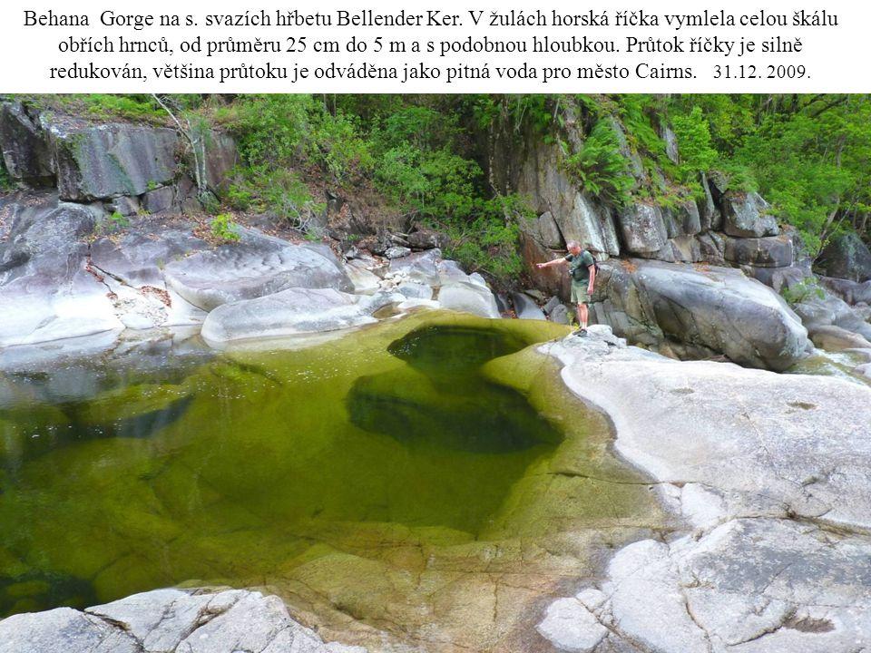 Behana Gorge na s. svazích hřbetu Bellender Ker. V žulách horská říčka vymlela celou škálu obřích hrnců, od průměru 25 cm do 5 m a s podobnou hloubkou